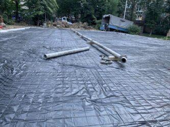 Укладка полиэтиленовой пленки, армирование сеткой и прокладка трассы бетононасоса