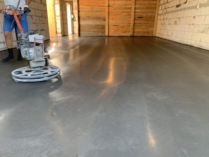 Затертый бетонный пол в гараже