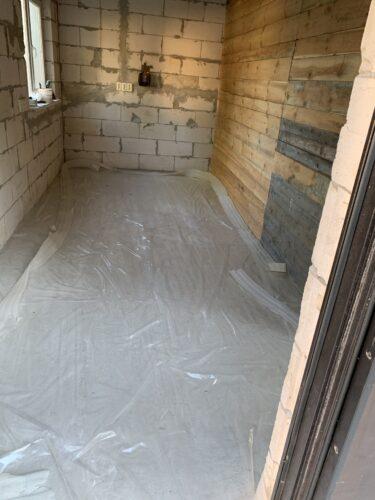 Укладка пленки перед заливкой бетона в гараже