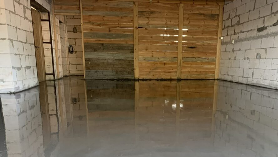 Готовый залитый бетонный пол в гараже