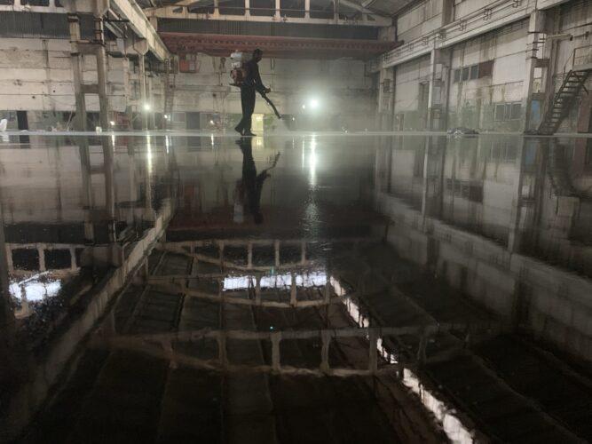 Нанесение лака на промышленный бетонный пол