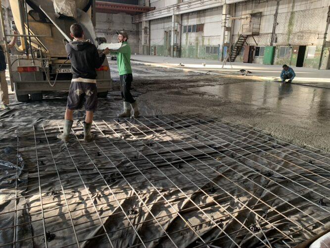 Заливка бетона. Приемка бетонной смеси из миксера.
