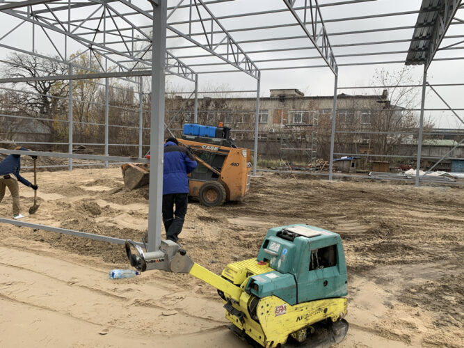 Уплотнение песка виброплитой при строительстве склада